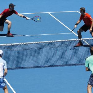 Jamie Murray (uppe till vänster), Bruno Soares (uppe till höger), John Peers (nere till vänster) och Henri Kontinen (nere till höger) i ett herrarnas dubbelspel