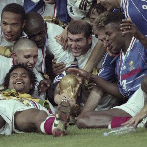 Franska världsmästare 1998: Thierry Henry, Christian Karembeu, Lilian Thuram, Zinedine Zidane, Didier Deschamps, Marcel Desailly, Youri Djorkaeff.