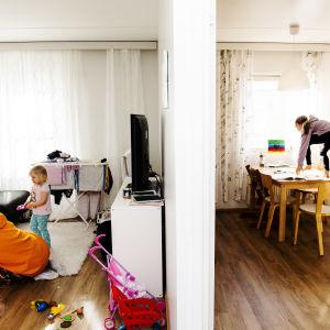 Miira ja Sofia leikkivät olohuoneessa, Alina hyppää pöydälle keittiössä.