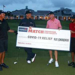 Phil Mickelson, Tom Brady, Peyton Manning och Tiger Woods håller i en check på 20 miljoner dollar.