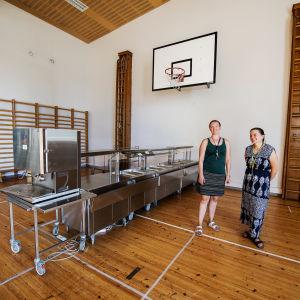 Kuvassa on juhlasaliin siirretty ruokalalinjasto Maunulan ala-asteen koululla elokuussa 2020.