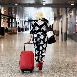Resenär på Helsingfors-Vanda flygplats.