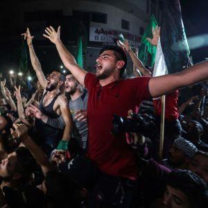 Ihmiset juhlivat kadulla Israelin ja Hamasin välistä tulitaukoa.