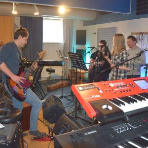 ungdomar spelar gitarr i musikstudio