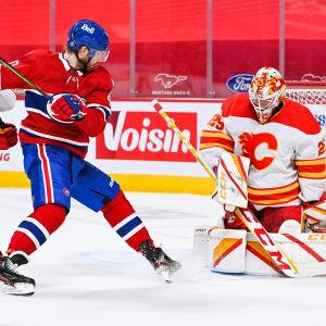 Joel Armia avancerar mot Calgarys mål.