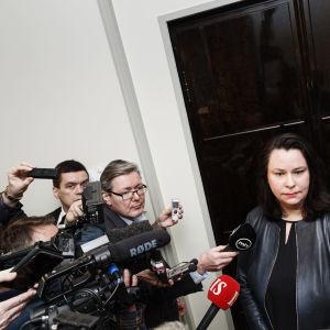 Grundlagsutskottets möter journalister i trängsel i samband med utskottsmöte.