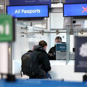 Ryska resenärer i passkontrollen på Helsingfors-Vanda flygplats.