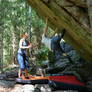 Eetu Lappeteläinen försöker klamra sig fast vid klippväggen.