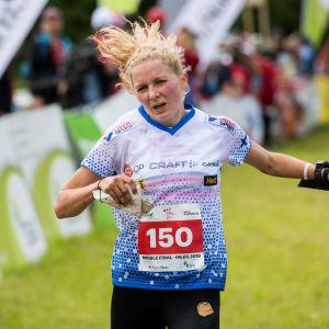 Marika Teini går i mål i en orienteringstävling.