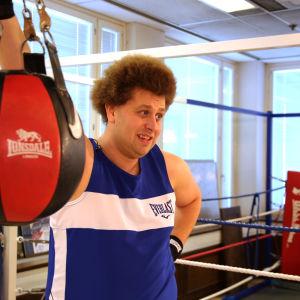 Viki nojaa nyrkkeilysalilla nyrkkeilysäkkiin