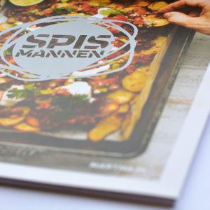 en bild av recepthäftet spismannen mot en vit bakgrund. på omslaget finns en form av ugnspotatis.