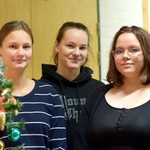 Malin Blomberg, Lisa Gustavsson och Anna Mäkäräinen står bredvid en julgran.