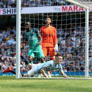 Phil Foden ger City ledningen med 1–0.