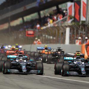 Hamilton och Bottas kör bredvid varandra.