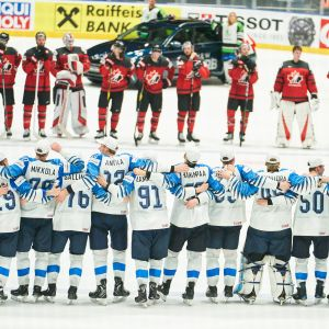 Finland firar segern mot Kanada.