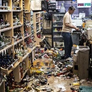 Många krossade flaskor i den här spritbutiken i Ridgecrest efter jordbävningen med magnituden 7,1.