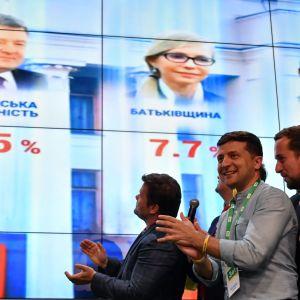 Volodymyr Zelenskyj glädjs över vallokalsundersökningens resultat.