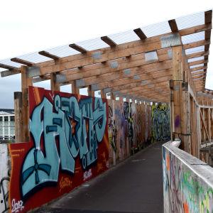 En bro där väggarna i tunneln målats med graffitikonst.