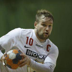 Kristian Jansson med bollen.