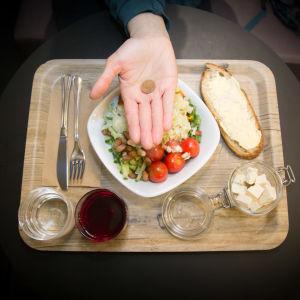 Unicafen lounas tarjottimella
