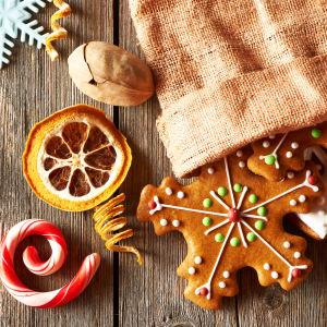 Pepparkakor, jutesäck, polkagris, kanderade apelsiner, kanelstång, nötter