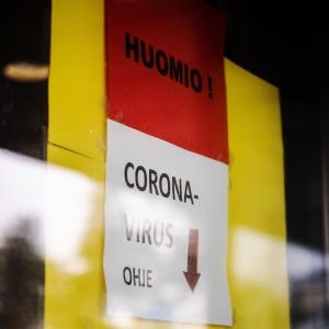 Skylt med instruktioner för smittade med corona-virus.