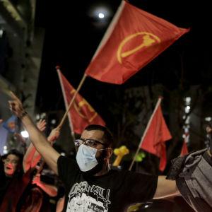 Anhängare till oppositionspartiet Singapores arbetarparti firade på gatorna natten till lördagen då valresultatet stod klart.
