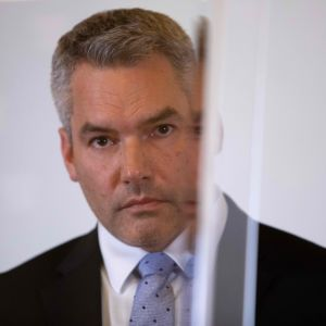 Österrikes inrikeminister Karl Nehammer, en gråhårig man i kostym.