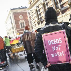 """""""Handlingar, inte ord"""" står det på den här demonstrantens skylt. Elokapina (den internationella miljörörelsen Extinction Rebellions finska gren) demonstrerade utanför jord- och skogsbruksministeriet i Helsingfors den 18 november."""