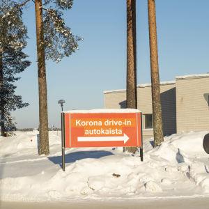 Korona drive-in autokaista -kyltti Kainuun keskussairaalalla