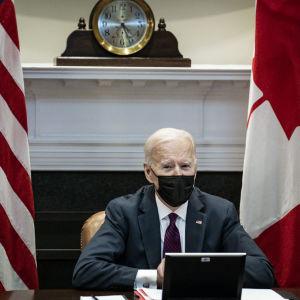 Yhdysvaltain presidentti Joe Biden keskusteli etäkokouksessa Kanadan pääministeri Justin Trudeaun kanssa.