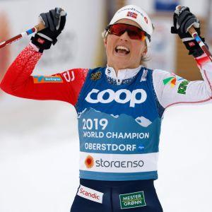 Johaug jublar efter guldet i skiathlon.