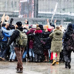 Mielenosoittajien ryhmähalaus.