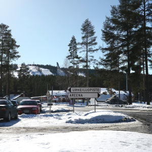 Opasteet urheiluopistolle ja areenalle Vuokatissa. Taustalla Vuokatinvaara.