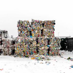 Erilliskerättyä muovia paaleissa, matkalla kierrätettäväksi.