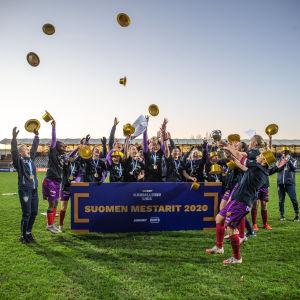 Åland United firar FM-guldet 2020.