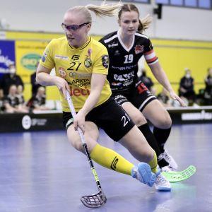 Annina Levälampi (PSS) och Karoliina Kujala (SB-Pro) i en duell.