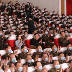 Varken Kim Jong-Un eller hans fru Ri Sol-Ju bar munskydd under en militär konsert den 6 maj.