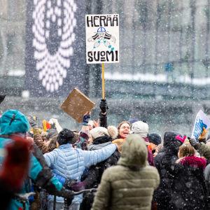 Demonstranter på Medborgartorget i Helsingfors 20.3.2021.