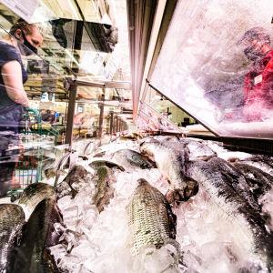 Viktoria Nuutinen Vantaalta ostoksilla kalatiskillä.
