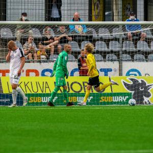 Urho Nissilä firar mål mot Honka.