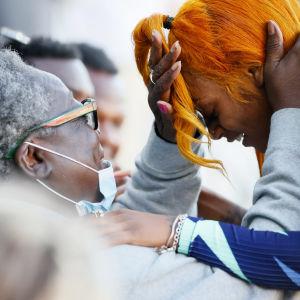 Pikajuoksija Sha'Carri Richardson halaa isoäitiään Betty Harpia Yhdysvaltojen olympiakarsinnoissa.