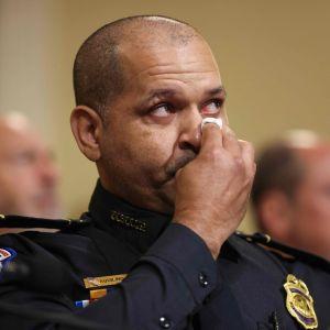 Polisen Aquilino Gonell torkar sina tårar.