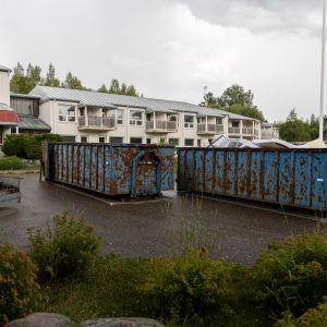 Imatran vastaanottokeskusta tyhjennetään, pihalla kontteja tavaroita varten.