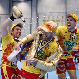 Davor Basaric, Teemu Tamminen och Srdjan Mijatovic firar mästerskapet med bubbel