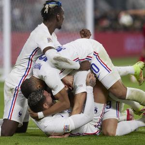 Ranskalaispelaajat juhlivat Theo Fernandezin maalia.