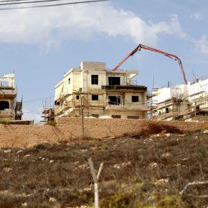 Israeliska bosättningar byggs på Västbanken. Ofärdiga hus syns på bilden.