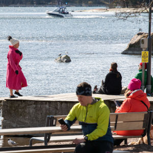Ihmiset nauttivat säästä Espoon Haukilahdessa.