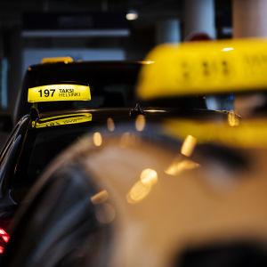 Kuvassa on taksi Helsingissä heinäkuussa 2020.