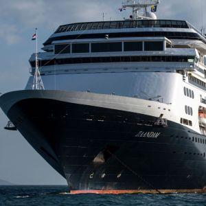 Lyxkryssaren Zaandam fotograferad på fredagen utanför Panama City. Det coronadrabbade fartyget ägs av det brittisk-amerikanska rederiet Holland America Line.